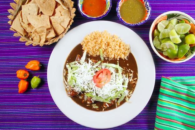 Mole enchiladas nourriture mexicaine avec des sauces au chili