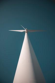Molino de viento visto desde abajo con el cielo de fondo
