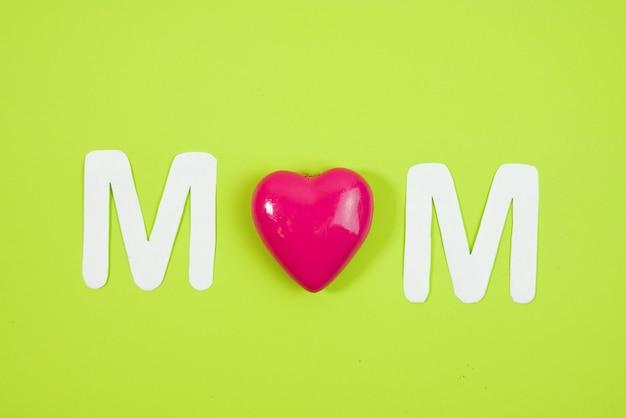 Mom texte avec des coeurs sur fond coloré