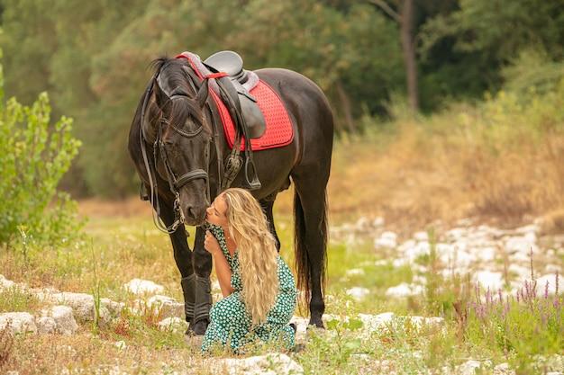 Moment d'amitié entre une femme et un cheval noir