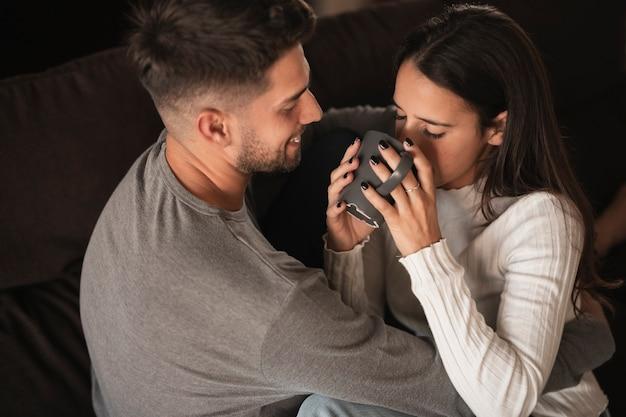 Moment de café à angle élevé à la maison avec un couple