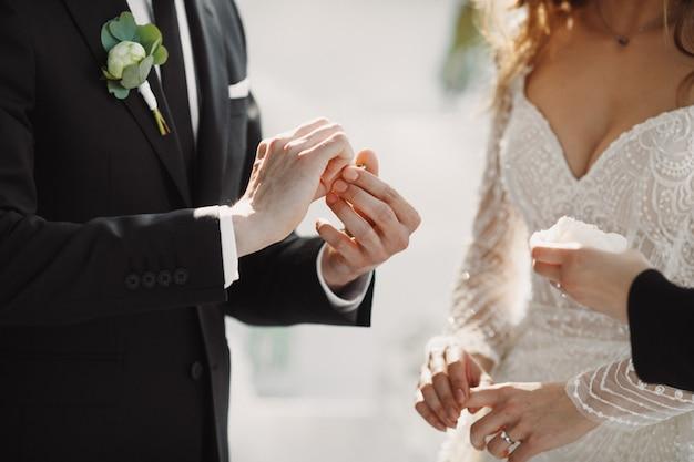 Le moment du mariage avec les anneaux de mise sur les doigts