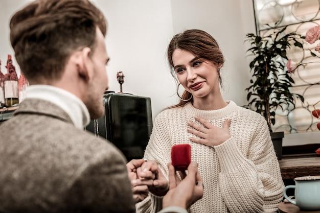 Un moment inquiétant une femme se sent heureuse en recevant une proposition