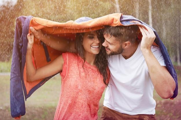Moment romantique sous la pluie