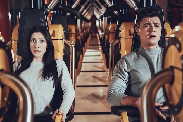 Moments effrayants des amis dans luna park. expression effrayée