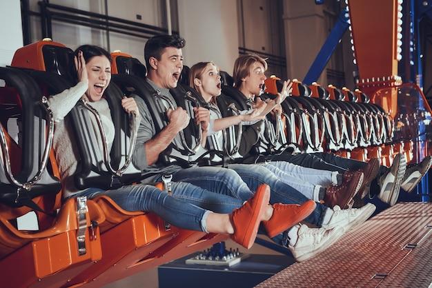 Moments effrayants d'amis dans le lunapark.