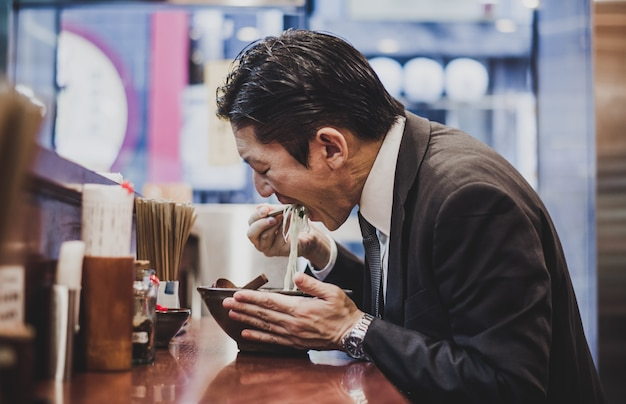Moments de l'homme d'affaires senior dans les rues de tokyo