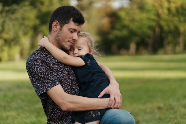 Moments père et fille passer du temps dans la nature
