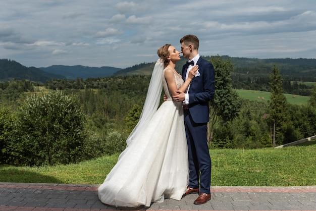 Moments romantiques des jeunes mariés. photo de mariage créative