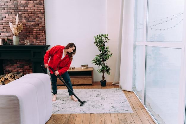 Moments de vie d'une jeune femme à la maison. femme nettoyant l'appartement