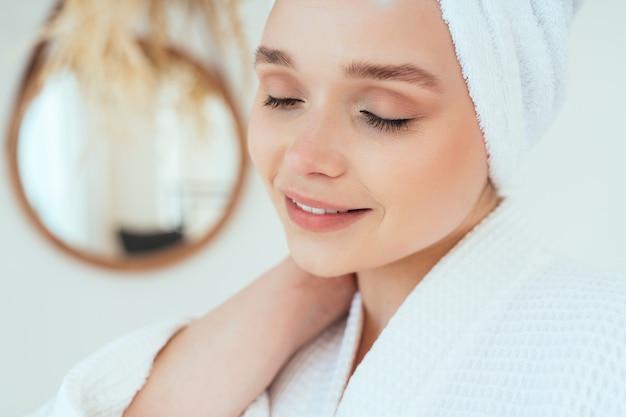 Moments de vie d'une jeune femme à la maison femme passant du temps dans la salle de bain