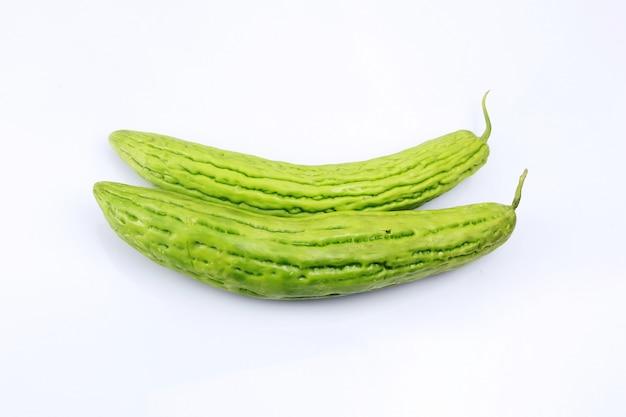 Momordica charantia fruit isolé sur fond blanc