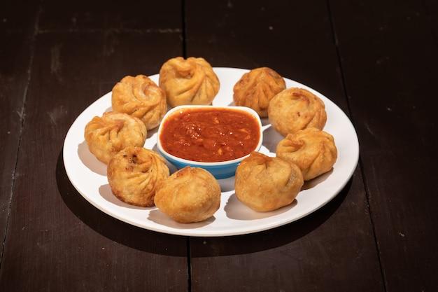 Momos de boulettes traditionnelles servies avec sauce