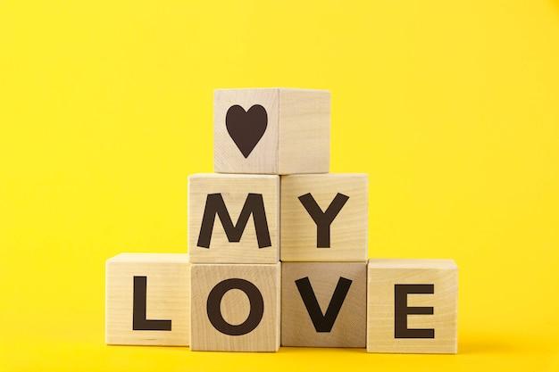 Mon amour, texte, lettres sont écrites sur des cubes en bois sous la forme d'une pyramide, gros plan