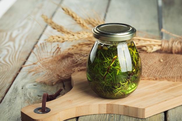 Mon chéri. doux miel en pot de verre sur bois.