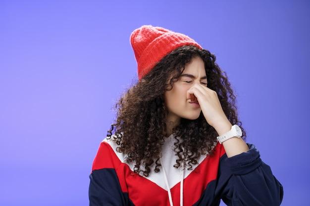 Mon dieu, quel potrait d'odeur désagréable de femme mécontente et dégoûtée veut vomir ou vomir comme une odeur affreuse ...