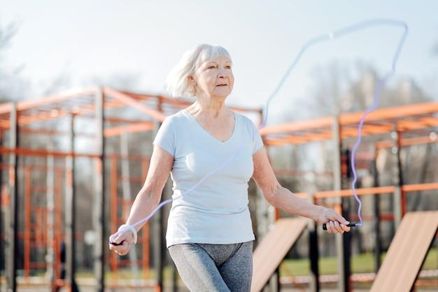 Mon hobby. contenu femme mince corde à sauter lors de l'exercice en plein air