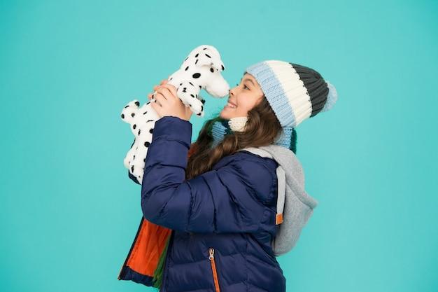 Mon meilleur ami. heureux enfant tenir fond bleu chien jouet. petite fille joue avec un ami jouet. ami et amitié. jouez et jouez. activités de l'enfance. embrassez un ami qui vous tient à cœur. jour de l'amitié.
