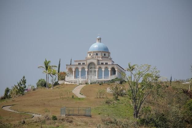 Monastère d'ain karim au sommet des montagnes avec de beaux paysages