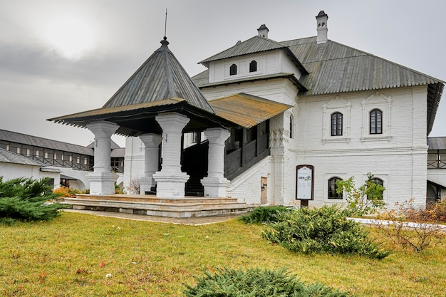 Un monastère blanc de deux étages avec un toit en bois. kazan