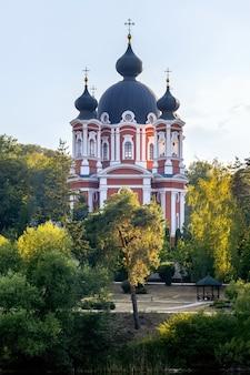 Monastère de curchi entouré d'arbres verts