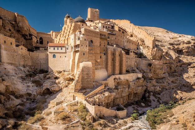 Monastère dans le rocher