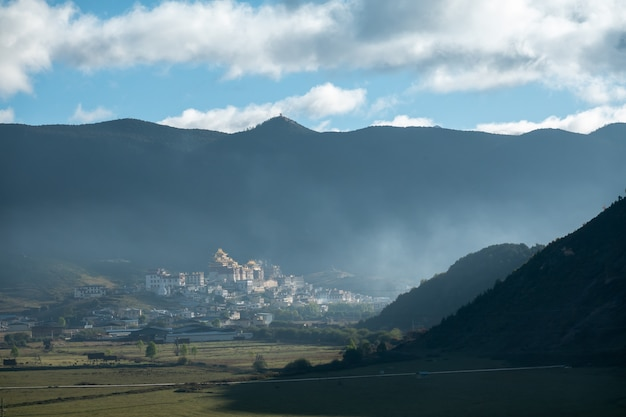 Monastère de ganden sumtseling dans la brume matinale