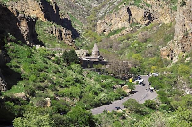 Monastère de geghard dans les montagnes du caucase de l'arménie