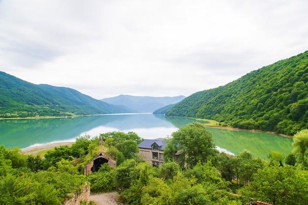 Monastère de géorgie ananuri. grand réservoir. lac au petit pois.