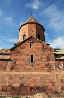 Monastère de khor virap dans les montagnes d'arménie
