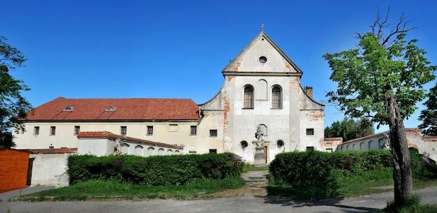 Monastère médiéval capucin, olesko, région de lviv, ukraine.monument architectural de la fin du baroque et du rococo