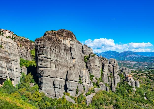 Monastère des météores. l'île de corfou en mer ionienne. grèce. vue du beau paysage monastère des météores en journée ensoleillée, ciel bleu sans nuages.