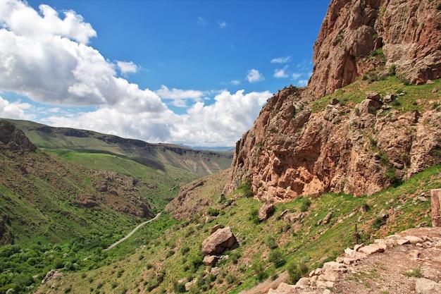 Le monastère de noravank dans les montagnes du caucase, en arménie