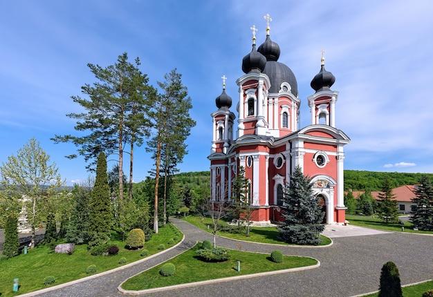 Monastère orthodoxe curchi en moldavie avec des arbres verts et ciel bleu
