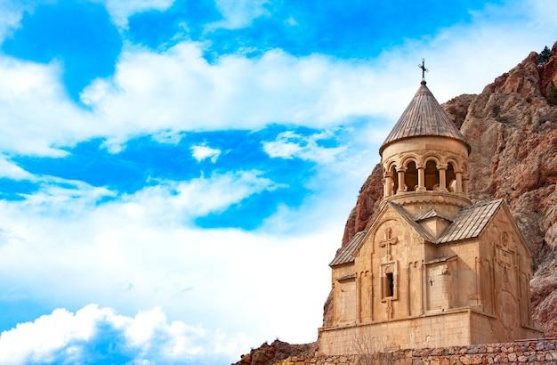Monastère pittoresque de novarank en arménie. le monastère de noravank a été fondé en 1205. il est situé à 122 km d'erevan, dans une gorge étroite creusée par la rivière darichay, à proximité de la ville d'eghegnadzor.