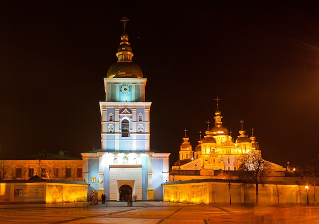 Monastère saint-michel au dôme doré de nuit