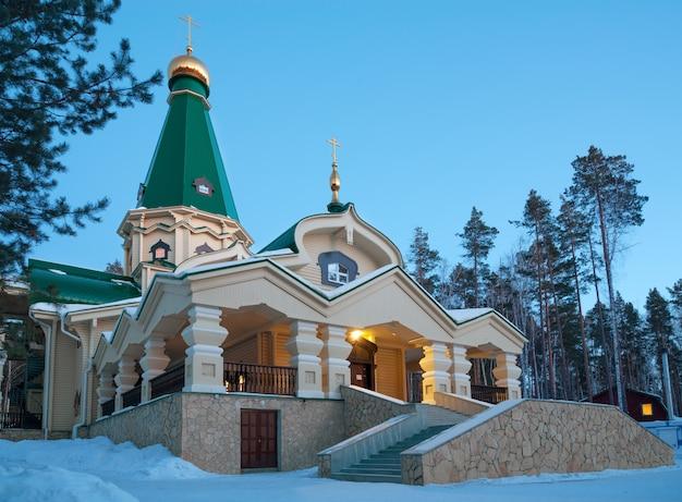 Le monastère des saints martyrs royaux au soir