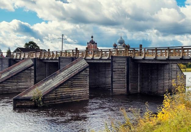 Monastère tikhvin bogorodichny uspensky male et un pont de bois en russie région de leningrad