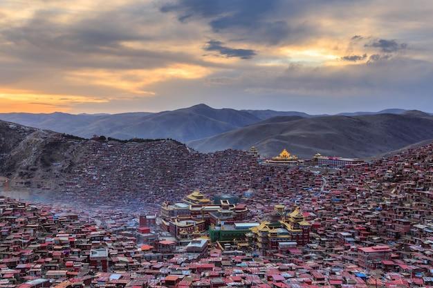 Monastère vue de dessus à larung gar (académie bouddhiste) dans le temps du coucher du soleil, sichuan, chine