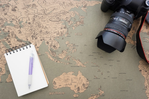 Monde fond de carte avec caméra décorative et ordinateur portable