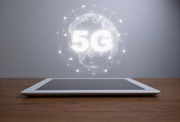 Monde virtuel avec connexion 5g sur tablette.