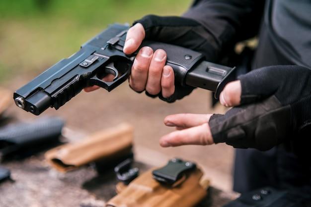Moniteur de tir sportif vérifie vos armes en gros plan
