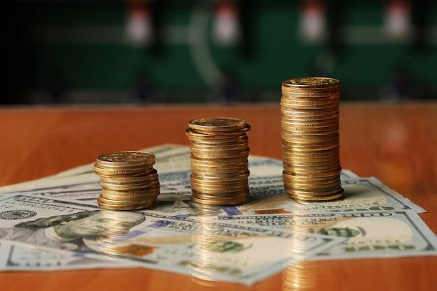 Monnaie américaine avec des pièces d'un dollar assis sur un billet de cinq dix et cinquante dollars