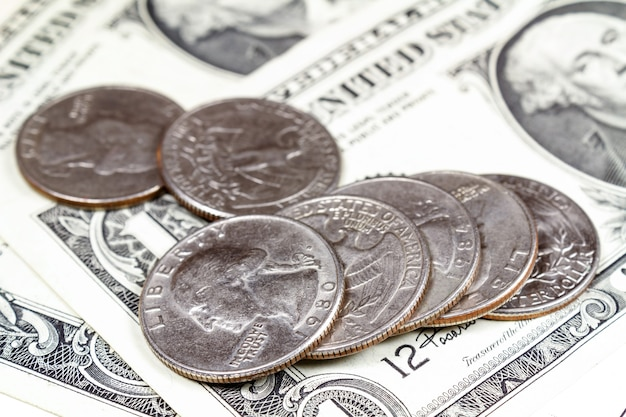 Monnaie couchée sur les billets en dollars américains. focus au premier plan