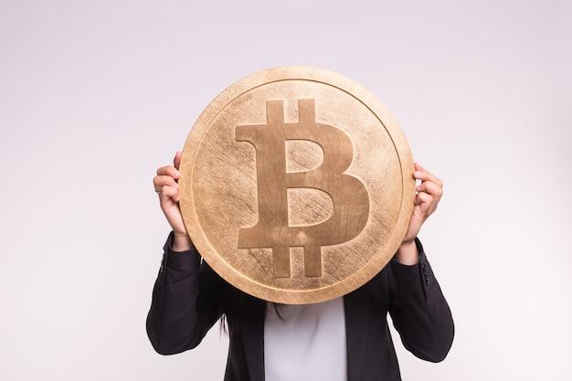 Monnaie crypto, argent web et concept de blockchain. gros bitcoin dans les mains de la femme sur blanc