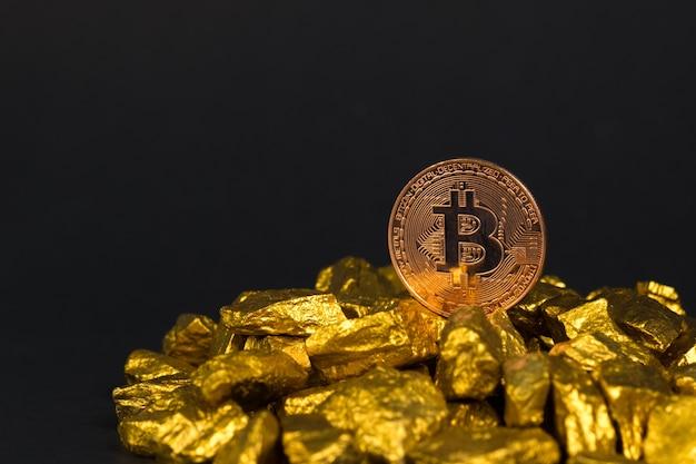 Monnaie numérique bitcoin et pépite d'or ou minerai d'or