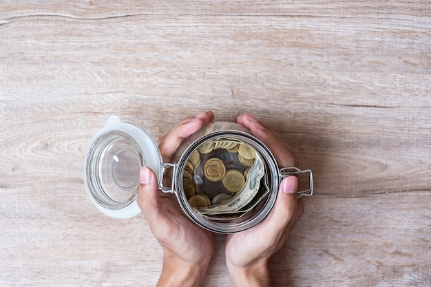 Monnaie en pot de verre. journée mondiale de l'épargne, affaires, investissement, planification de la retraite