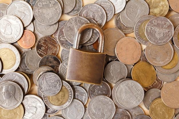 Monnaie (thai baht) et serrure. épargne et sécurité financière concept.finance, notion d'économie.