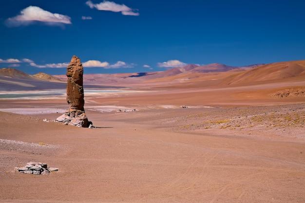 Monolithe géologique près de salar de tara, chili