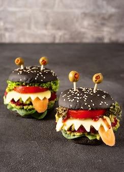Monstre burger pour la fête d'halloween sur noir
